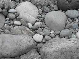 Cát và đá – bài học của sự tha thứ và biết ơn.